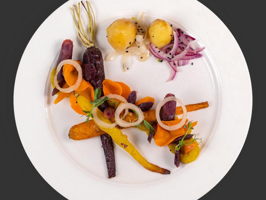 Vergeten hutspot: 5 structuren van wortel, 3 bereidingen van ui, hartig gekonfijte aardappel en een saus van kokos en saffraan